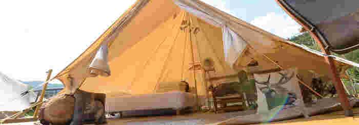 手ぶらでゴージャスなキャンプ生活を体験することができるグランピング。キャンプ初心者はもちろんのこと、普段は自分で一人用のテントを張っているような上級者でも、グランピングは新鮮で、一度泊まればリピートしたくなってしまうものです。