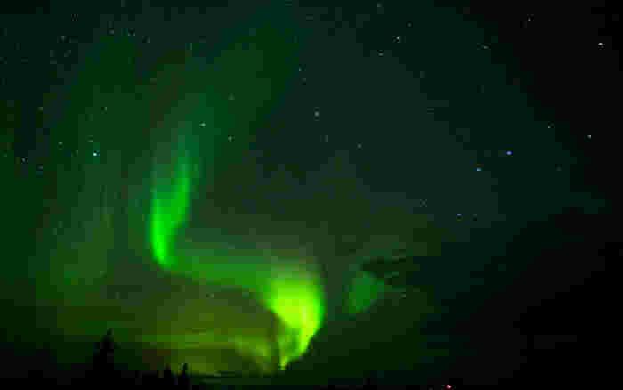 カナダのドーソンシティ、イエローナイフで見られるオーロラは、天体と気候によってつくり出された自然現象です。漆黒のベルベットに宝石を散りばめたかのような夜空に、光り輝く帯状のオーロラが出現する様は幻想的で、この世のものとは思えないほどの神々しさです。