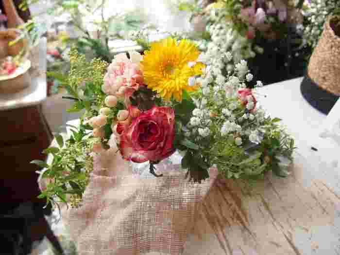 """""""お花の定期便""""の魅力は、なんといってもフレッシュなお花が定期的に届くこと。プロのフローリストさんによるコーディネートだから、自分では選ばないようなお花との出会いも楽しみの一つに。季節感を取り入れたアレンジが、お部屋を素敵に彩ります。"""