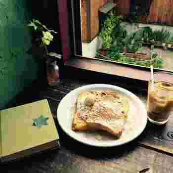 しっかり染みたメープルにバニラアイスが添えられた人気の「フレンチトースト」です。モチモチ食感のパンを一口食べると、メープルのほど良い甘さが口いっぱいに広がります。美味しいスイーツと一緒にゆったりと読書タイムを楽しみましょう。