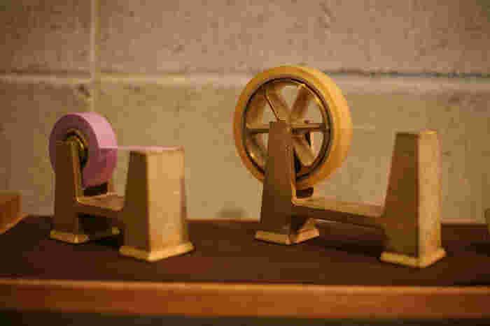 富山県高岡市の老舗鋳造メーカー「二上」が立ち上げた、真鍮の生活用品ブランド「FUTAGAMI」。無塗装・無垢の真鍮で作られているテープカッターは、経年変化によって味わい深くなり、時間とともに人と場所に馴染んでいきます。