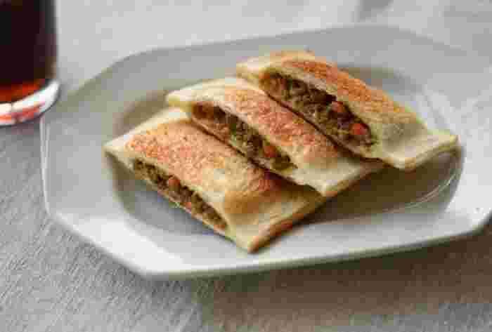 ごはんがすすむ常備菜「カレーそぼろ」は、ホットサンドの具材としても最高!ごはんじゃないけど、これまた、止まらない美味しさに感動してしまいます。ホットサンドメーカーをお持ちではない場合は、ごく薄いサンドイッチ用の耳がないパンを用意して作るのがポイント。具材をパンで挟んでから、閉じる部分をぎゅっと上から包丁で抑えると、パン同士が見事にくっついてくれます。そのままオーブントースターで焼き上げれば、こんなにきれいに仕上がりますよ。