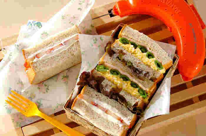 卵の黄色とスナップエンドウの緑色が美しいコントラストを描く春色サンドイッチ。口いっぱい芝生の上で頬張りたいですね。マスカルポーネのイチゴサンドはデザートに♪