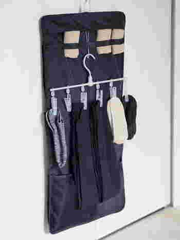 無印良品の吊り下げ収納は、ポケット式。シャツ用のものもありますが、イチオシは小物用のファスナー付きタイプ。インナーや靴下の収納にぴったりなんです。