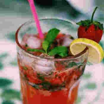 甘酸っぱいイチゴのモヒートは美しい赤色がとってもキレイ!グラスのふちに添えたまるごとイチゴが可愛らしい雰囲気♡