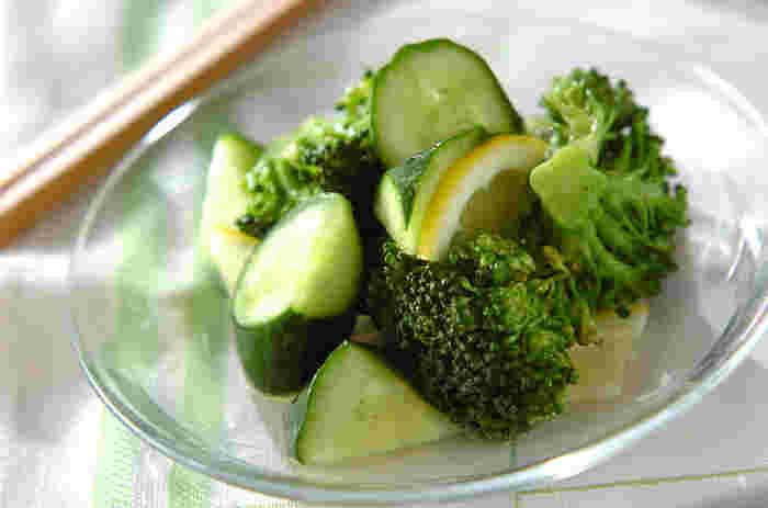 乱切りにしたきゅうりと、レンジで加熱したブロッコリーにレモンを加え、マリネ液で和えます。爽やかな味わいで、美味しくビタミンを補えます♪