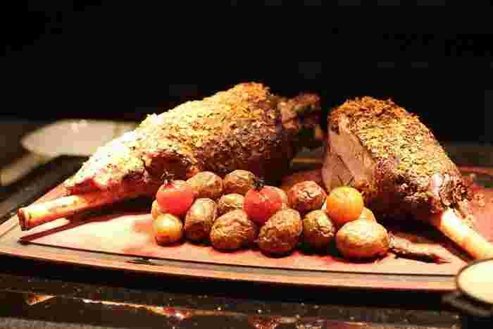 ラム肉は、カロリーも低めでとてもヘルシーなお肉として人気です。しかも、柔らかくてジューシー。とくに骨付きラム肉(ラムチョップ)は、見栄えもよくパーティーなどにぴったりで豪華なメインになります。