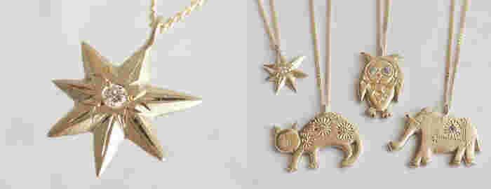 アシンメトリーの星に、ダイアモンドをセッティングしたペンダントです。上品なマット仕上げに、細かな手作業で彫りの装飾が施され、細部にまで個性が光ります。