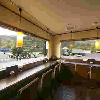 お店には大きな窓がたくさんる開放的なカフェで、渡月橋や嵐山を一望しながら食事やティータイムが楽しめます。ひとりごはんにもぴったりの落ち着ける空間ですよ。