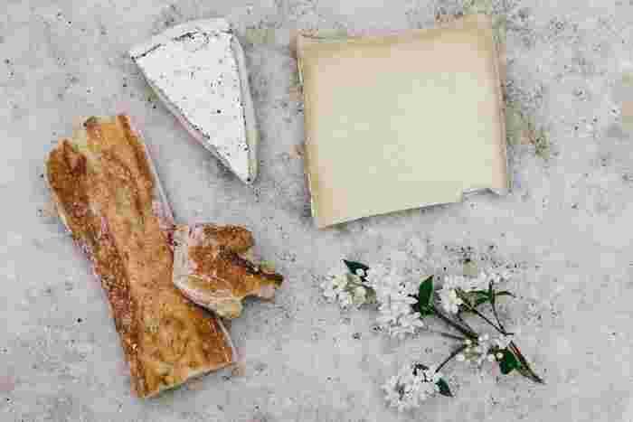 発酵食品の歴史は古く、日本をはじめ世界各国で、さまざまな素材・技法のものが作られています。酵母や菌などの力で作る発酵食品は、味をよくするだけでなく、体に働きかけて調子をととのえる健康食品としても重視されてきました。今回は、身近に手に入る代表的な発酵食品と、毎日のメニューに役立つレシピをご紹介します。