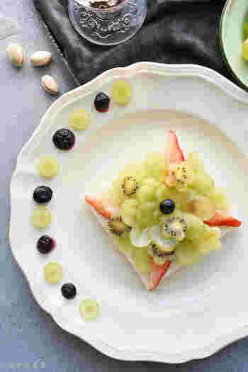 スライスしたブドウと、フラワー形に切り抜いたキウイが涼しげで華やかな「グリーンフルーツサンド」。いちごやブルーベリーなどをトッピングすると、より素敵になりますよ。