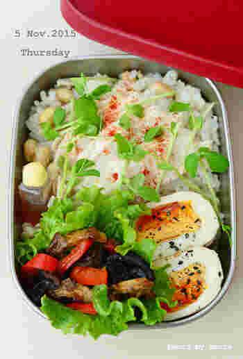 こちらも彩りがとてもきれいですね!煮卵にごまなどかけることで更に彩りが増しています。
