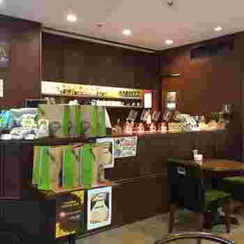 店内は一人でも複数人でも入りやすい雰囲気です。カウンターに置かれたサイフォンで淹れる、本格的なコーヒーを楽しめます。