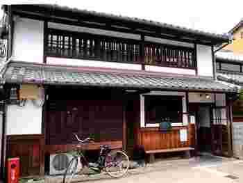 近鉄奈良駅から徒歩15分ほどのところにある「カナカナ」。2001年のオープン以来、ならまちで行列のできる人気カフェとして知られています。(先ほどご紹介した「ボリクコーヒー」の姉妹店です)
