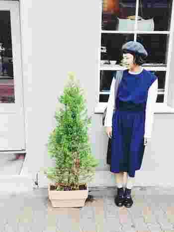 春のおでかけに使いやすそうなブルーのワンピース。グレーのベレー帽やバッグとのコントラストがオシャレです。