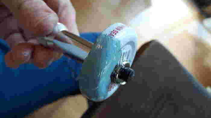瓶のキャップにドリルで穴をあけ、ライトを差し込みます。