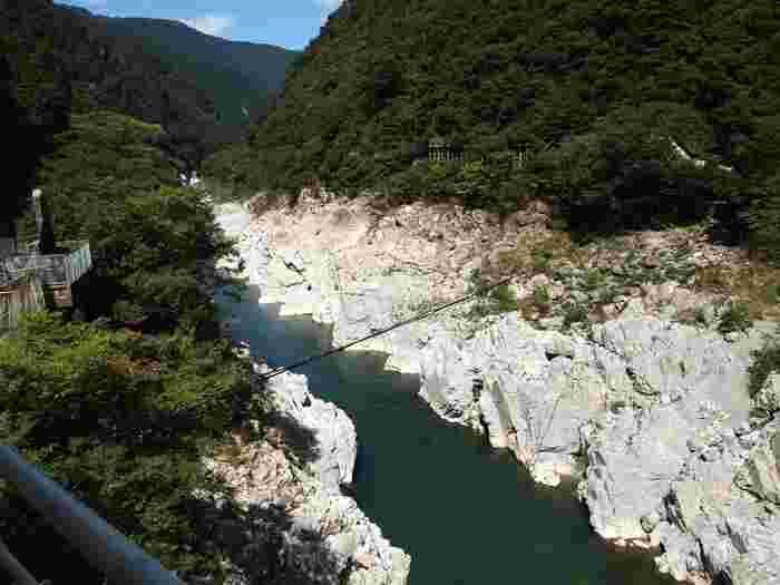 2億年の時を経て形作られたのが、「大歩危小歩危-おおぼけこぼけー」の景観です。 特徴は結晶片岩が水で削られてできた、大理石のような岩肌。 美しく透き通った川と合わさって、絶景が生み出されています。