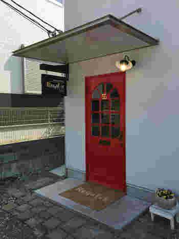 真っ白な壁に赤いドアが素敵な「レガル」。 シンプルなパンの美味しさが際立ち、クロワッサンがとても人気のパン屋さんです。