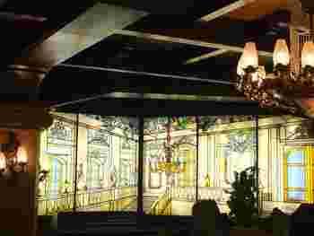 ここは外国のお城かしら?!という錯覚さえ覚えそうな純喫茶は、その名も「古城」。1963年にオープンしたこのお店は、まず入口で華麗なシャンデリアとステンドグラスの中の白馬の騎士に迎えられ、地下階段を降りた先にはめくるめく異国情緒が漂っています。