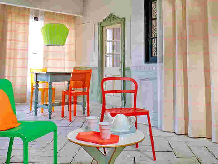 カフェ風のお部屋には、鮮やかな色合いのカーテンが似合います。個性のある家具や素材感のあるフローリングとの相性も抜群です。