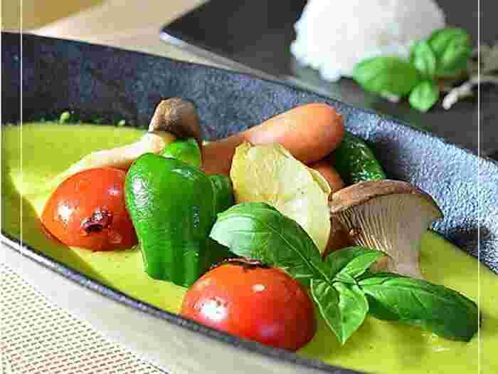 いつものカレースープを思わせないこの発色に、みんな釘づけに♪食卓も色鮮やかになるおすすめスープです。ピーマンが苦手なお子様でも、カレーの風味でへっちゃらになるかも!