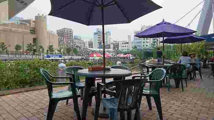 お天気が良ければ道頓堀川沿いのテラス席がおすすめの「ムーラン」。デートで訪れるのも素敵です。