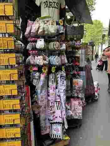 パリは世界的な観光地なので、観光客が集まるスポットにはお土産屋さんが点在しています。いかにもパリっぽいお土産を買うには困りません!KIOSKなどでもちょっとした絵ハガキや、雑貨類も購入できるので、覗いてみましょう!