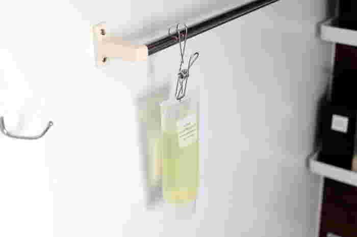 無印の「ステンレス ひっかけるワイヤークリップ」を使ってお風呂グッズを吊るしています。吊り下げるとぬめりが出ないので、掃除がとっても楽ですよ!