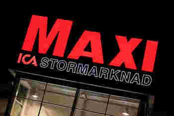 ターニングトルソから歩いて2~3分もしない場所に、スウェーデンのスーパーマーケット・ICA MAXI(イーカ マキシ)があります。  ICAには規模別に名前が異なっており、こちらのMAXIは規模が最大のもの。  超大規模のスーパーマーケットですので、品揃えも抜群です。 ばらまきお土産ならここで揃えられるはずですよ。  お土産選びに悩んだら、まずここに立ち寄ってみてはいかがでしょうか。
