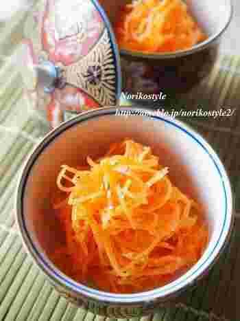 人参の千切りに、甘酒と酢、塩で味を整えた人参ラぺ。栄養たっぷりな副菜ですね。和洋の食卓に彩りを添えてくれます。