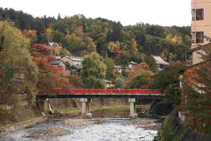 遠望して眺める中橋の美しさは格別です。とうとうと流れる宮川、中橋の朱色の欄干、周囲の古い街並みが織りなす景色は、まるで一枚の絵画のようです。