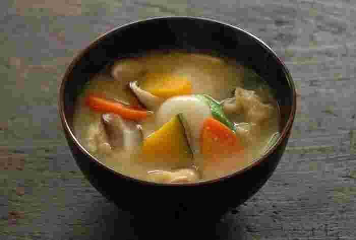 ●カボチャと白玉団子のほうとう風  山梨の郷土料理ほうとう風にアレンジしたお味噌汁です。本場のほうとうには麺が入っていますが、お味噌汁なので白玉だんごで。お餅やすいとんなどにアレンジしてもOK。カボチャの風味がお味噌汁の旨みをいっそう引きたてます。