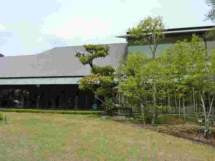 港区南青山の美術館通りにあるのが「根津美術館」です。日本家屋ならではの大きな屋根が特徴のこの美術館は、東武鉄道の社長を務めた実業家として知られる初代館長・根津嘉一郎氏が長年に渡って収集した古美術品が展示されています。2009年に現在の新本館を設計したのが隅研吾氏です。