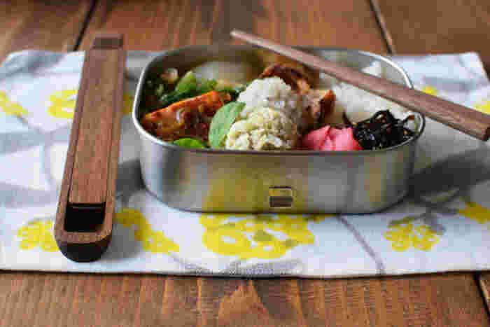 毎日お弁当派さんなら、お弁当箱はもちろん、カトラリーの類にも気を遣いたいところ。木工職人の高度な技術と細やかな心配りが感じられるこちらの箸箱&箸セット。薄くて軽いので、お弁当と一緒に収納しやすくて便利。メンテナンスをすれば、木の美しい経年変化も楽しめます。お弁当生活がより豊かで楽しみになりそうですね。