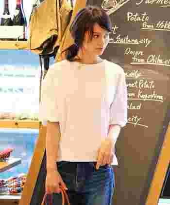 ふんわりとしたスリーブデザインがレディなノーカラーシャツ!いつものデニムも、ノーカラーシャツの魔法で上品で可憐なイメージに。