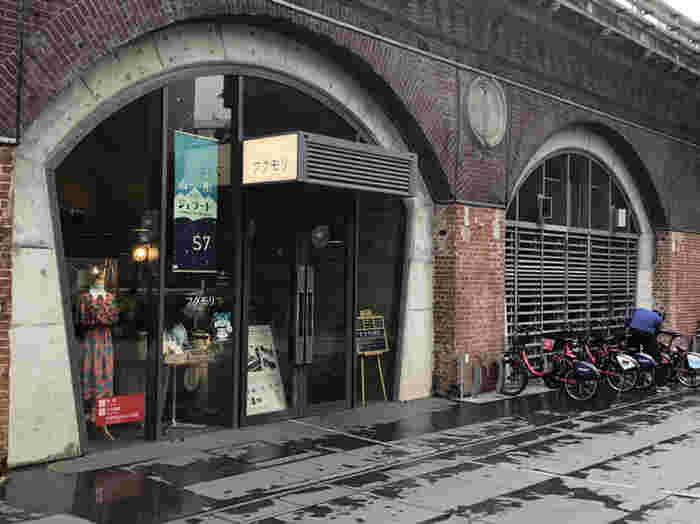 神保町から1駅の小川町駅から徒歩3分、レンガ造りの長い建物の中にあるカフェ、フクモリ。山形県産の食材を使った料理やデザートが頂けるお店です。建物内には他にもカフェや雑貨店、ワインショップなどが立ち並んでいます。