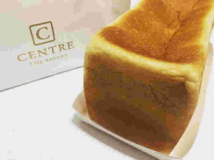 """セントルザ・ベーカリーの食パンメニューは、角食パン・プルマン・イギリスパンの3種類です。北海道産の小麦""""ゆめちから""""を使用した角食パンは、しっとり・もっちりした食感が特徴的。アメリカ・カナダ産の小麦を使用したプルマンは、さっくり・もっちりした食感が特徴で、角食パンとはまた一味違った食感が楽しめます。"""