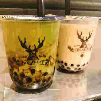 「黒糖タピオカ抹茶ラテ」は、ほろ苦い抹茶の風味が感じられる大人の味。ブラック×グリーンのシックな見た目もおしゃれです。