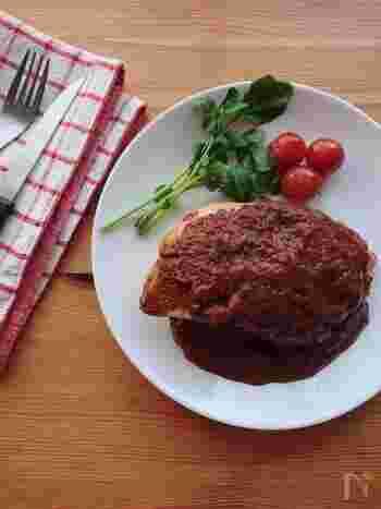カカオ率の高いビターチョコやトマトピューレ、カレールウを使った、ちょっとユニークな鶏むね肉のソテー。さっぱりしたむね肉も、旨味とコクいっぱいのおいしさになります。