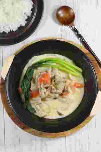 蓮根、人参、里芋といった根菜がゴロッと入ったこのレシピでは、具材をだし汁で煮込んでいます。煮立ったら牛乳と米粉を入れて、最後に白味噌を溶いて味を和テイストに。