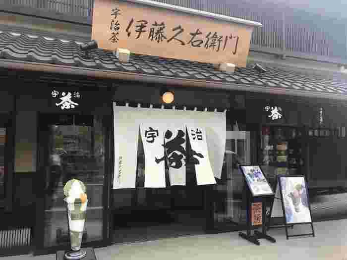 京都宇治にあるお茶屋さん「伊藤久右衛門」。お茶だけではなく、カレーやお酒、そばなど、お茶を使用した商品も人気。 その中でも話題を集めている、抹茶を使った一押しの和菓子をご紹介したいと思います。