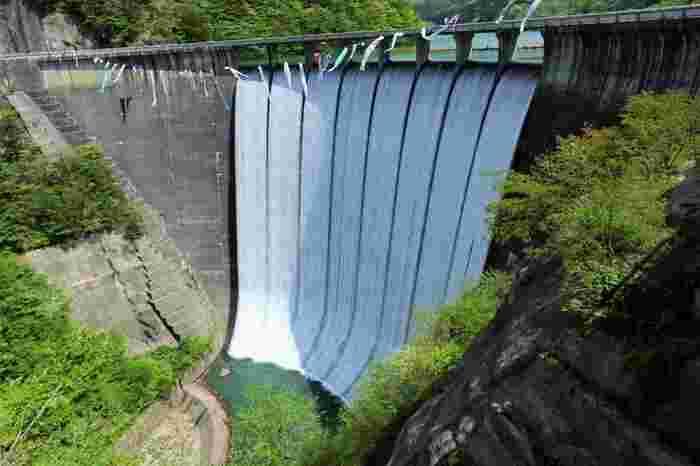 """宮城県のある鳴子ダムは放水が見物。 まるで""""すだれ""""のように流れる水は清涼感があります。"""