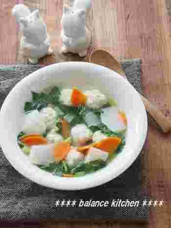 カブと鶏団子をメインにしたスープのレシピ。ジューシーな鶏団子がゴロゴロ入っていて、身も心も満たされます。カブの葉とおろし生姜を使った、風邪予防にもおすすめのスープです。