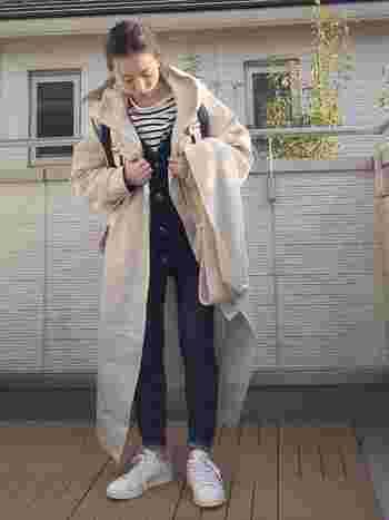 ネイビーカーディガンにボーダーTシャツを合わせたメンズライクなデニムスタイル。ハリ感のあるオーバーサイズのコートが今っぽさをプラスしています。