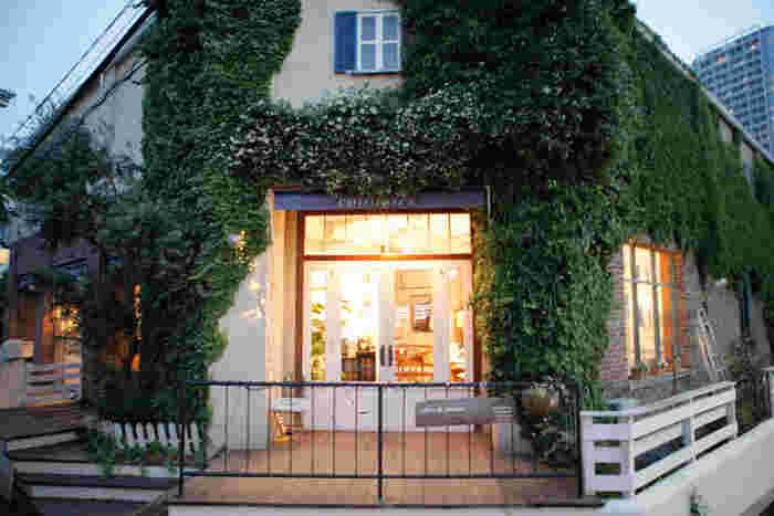 オランダ語で「青空市場」という意味をもつ「MARKT(マルクト)」は、パリの一つ星レストランで修行したシェフが手がける人気店。駅から徒歩7分ほどの所にあります。アンティークレンガ調の素敵な外観に、思わずうっとりしてしまいます。