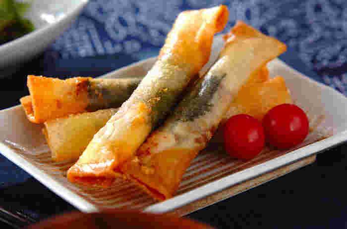 おつまみにちょうどいい、サクサク揚げ春巻き。梅干し&チーズという、ささみと相性がいいツートップを挟んでいます。揚げ物とはいえ、さっぱりと食べられます。