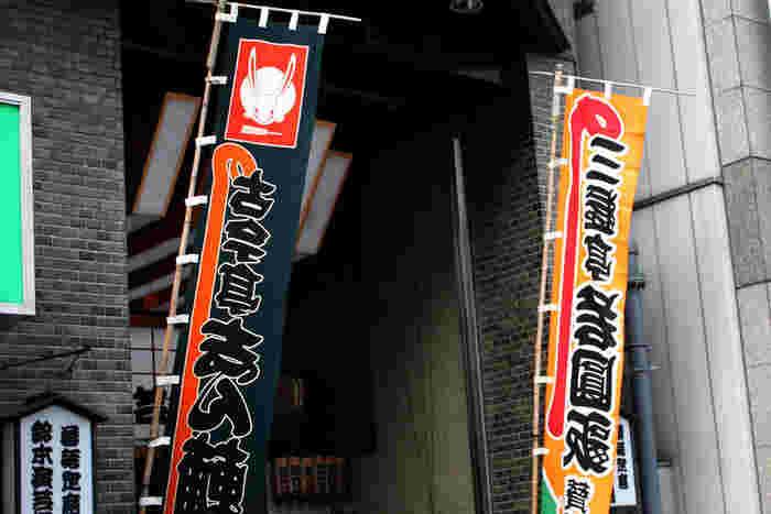 JR上野駅の不忍口(しのばずぐち)から歩いて約10分、中央通り沿いのビルにあるのが鈴本演芸場。現在は近代的なビルですが、その歴史は古く、なんと安政4年(1857年)開業。現在最も歴史がある寄席です。