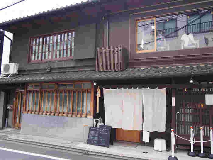 建物は築80年ほどの落ち着いた長家です。 もともと住居として使われていたそうで、趣のある京都らしいお店です。