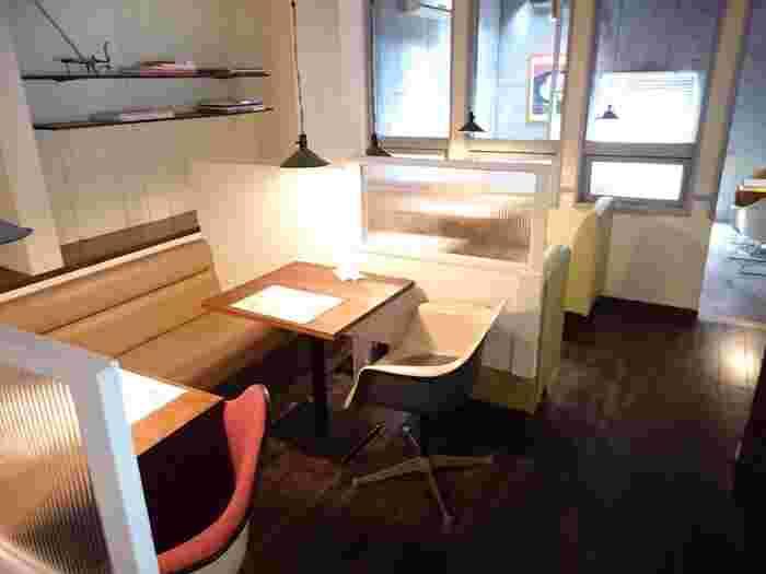 レタスカフェは、カフェテーブルが規則的に並んでおらず、座る場所によって違う雰囲気や景色が楽しめるのが面白いんです。例えばこちらのようなソファスペースもあれば、奥のようにコンクリート打ちっぱなしの壁の部屋もあります。また、インテリア好きにたまらないポイントは、どの席もチェアのデザインが違うところ。特に椅子好きの人なら、様々なチェアがたくさん並ぶ光景に大興奮すること間違いなしです!どの席に座れるかは来てみないと分からないので、「あそこにも座ってみたい!」と別の日にもまた行きたくなりますよ。