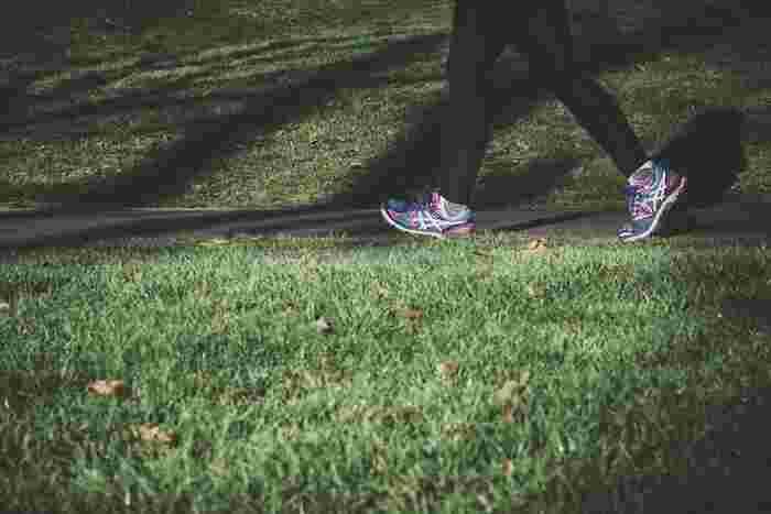 朝散歩は1日10分~15分ほどで十分効果を感じることができます。目が覚めたら、朝ご飯を食べる前に、さっと着替えて散歩にでかけましょう。  上のほうでさきほど述べたビタミンDの生成も、1日10分ほど紫外線を浴びることができたら十分です。